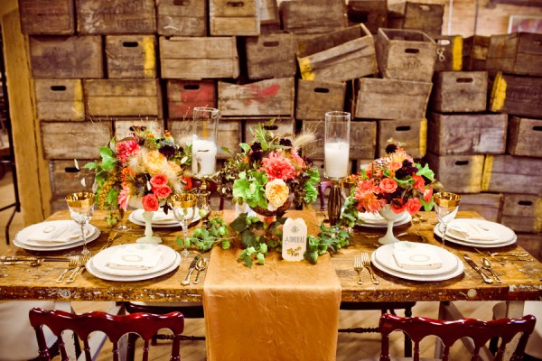 Brown-and-Gold-Fall-Wedding-Table-600x400 Правила сервировки свадебного стола